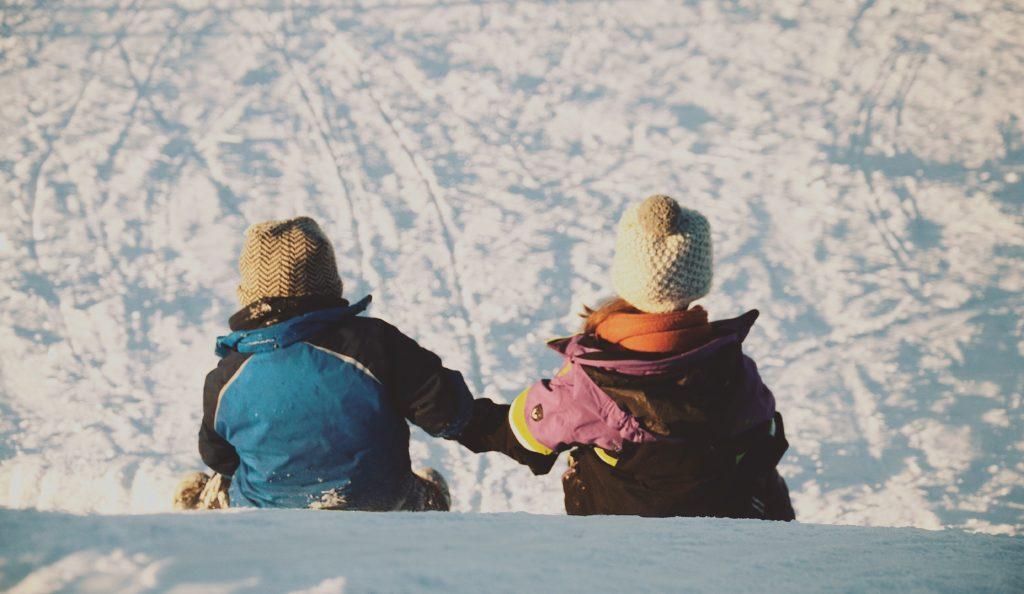 to barn sitter i snøen